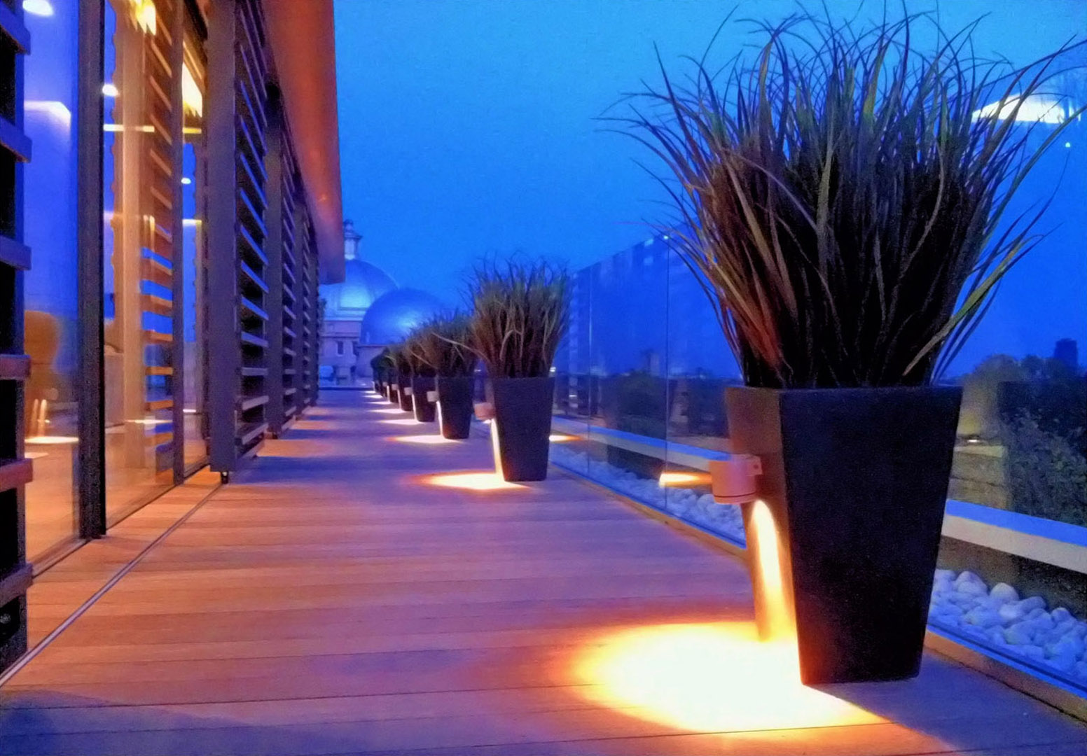542 fake landscapes marram grass in anthacite planters with downlighters 542